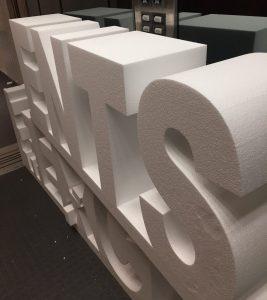 Lettre polystyrene vu de près